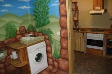 Toilette mit Blick in die Küche