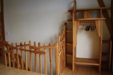 Regal und Treppenaufgang